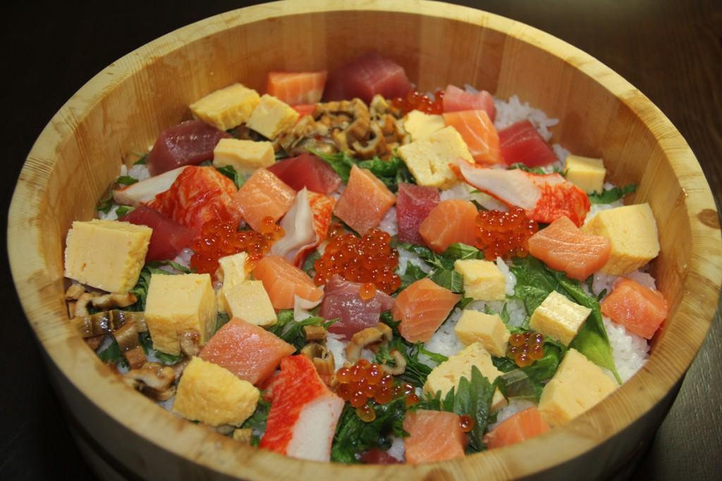 Chirashi-zushi, cơm sushi trộn với cá, trứng và trứng cá hồi