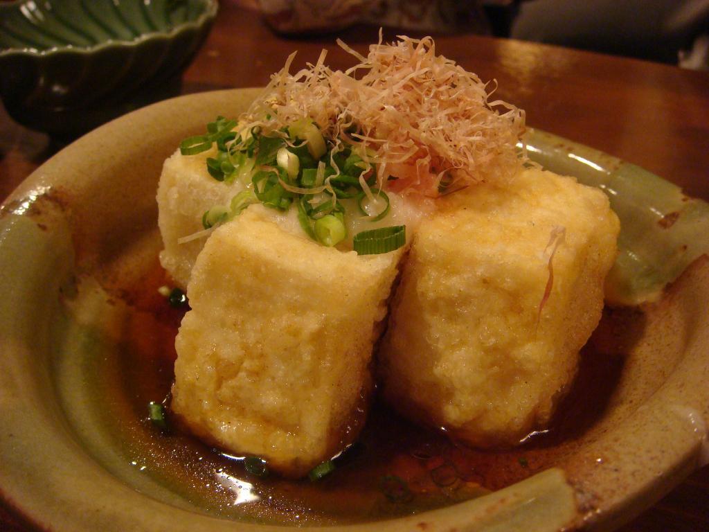 Với topping là cá ngừ khô bào mỏng (Katsuobushi), đây là món vô cùng thích hợp cho bữa nhậu của bạn