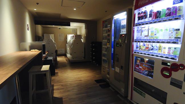 Máy bán nước tự động, khu Internet đều được trang bị đầy đủ.
