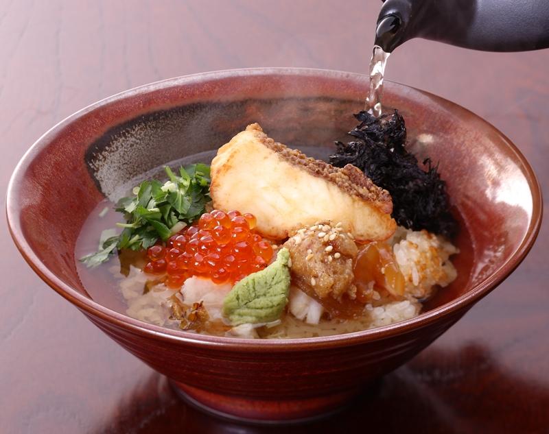 """Ochazuke có vị giống như cơm chan canh, tuy nhiên """"canh"""" sẽ được rót ra từ ấm sứ để đảm bảo độ nóng"""