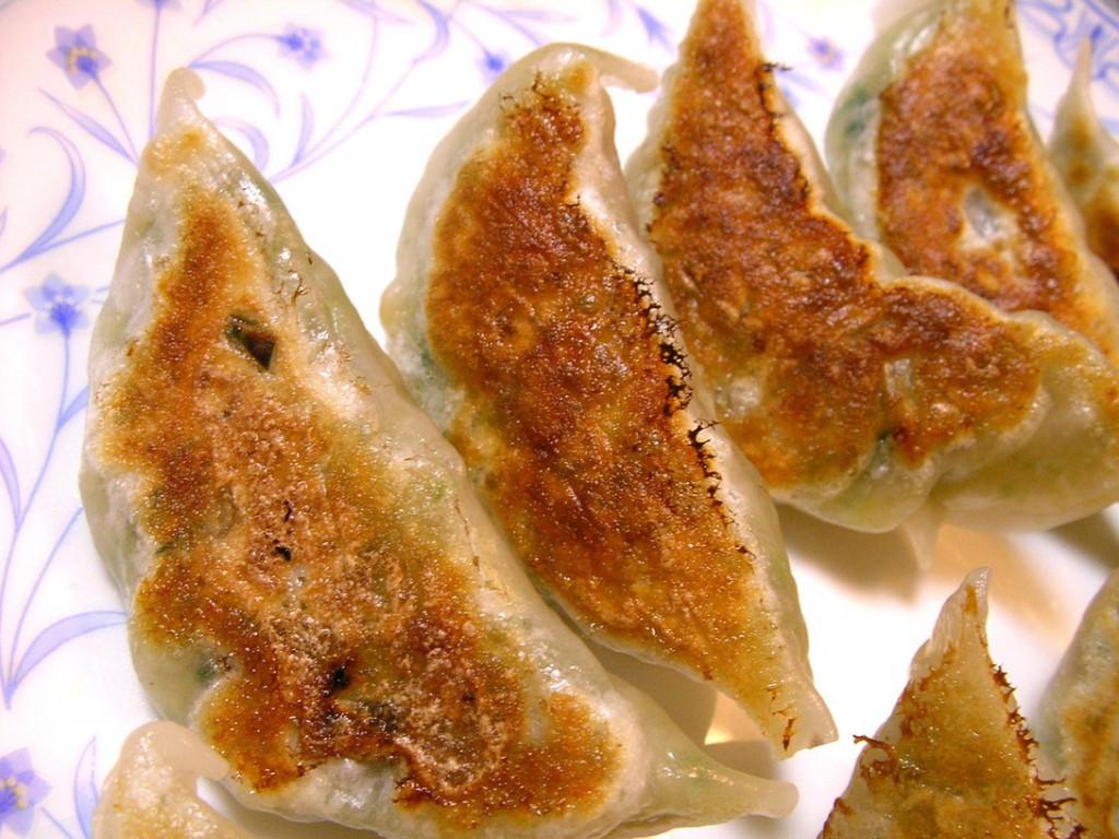 Gyoza là món ăn phổ biến đến mức thông thường bạn luôn có thể gọi món gyoza ở một nhà hàng đồ Hoa, hoặc một quán Ramen, hoặc một quán nhậu bất kỳ
