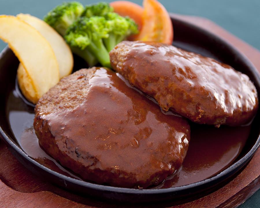 Hanbagu ở Nhật thường được trình bày với súp lơ xanh và khoai tây chiên