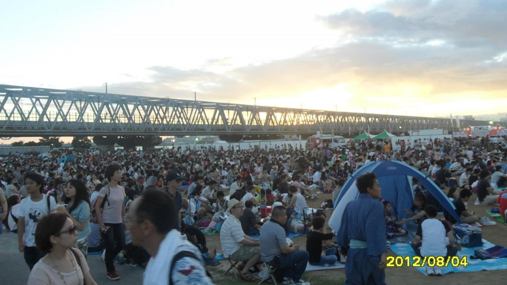 Quang cảnh trước buổi bắn pháo hoa tại Yodogawa - Osaka