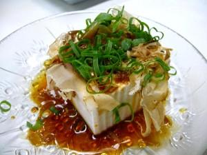 Người Nhật cho rằng đậu là món ăn mát, và vào mùa hè họ thường thích ăn đậu phụ lạnh