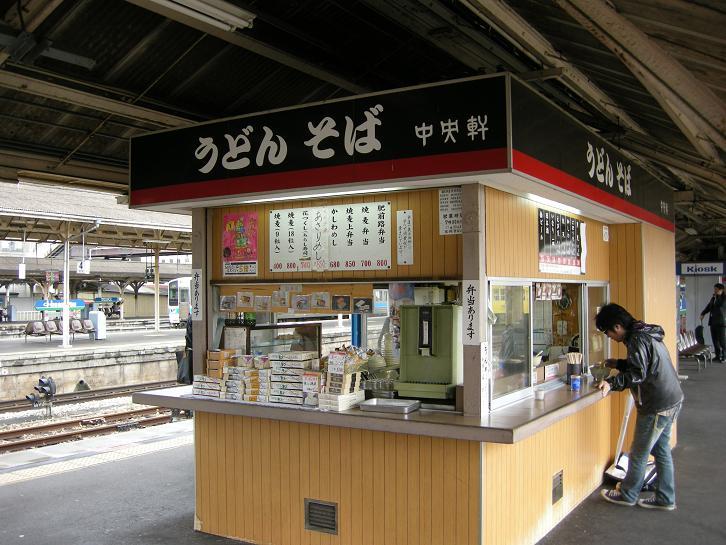 Quán mì nổi tiếng ngay trên đường ke chờ tàu của ga JR Kyoto
