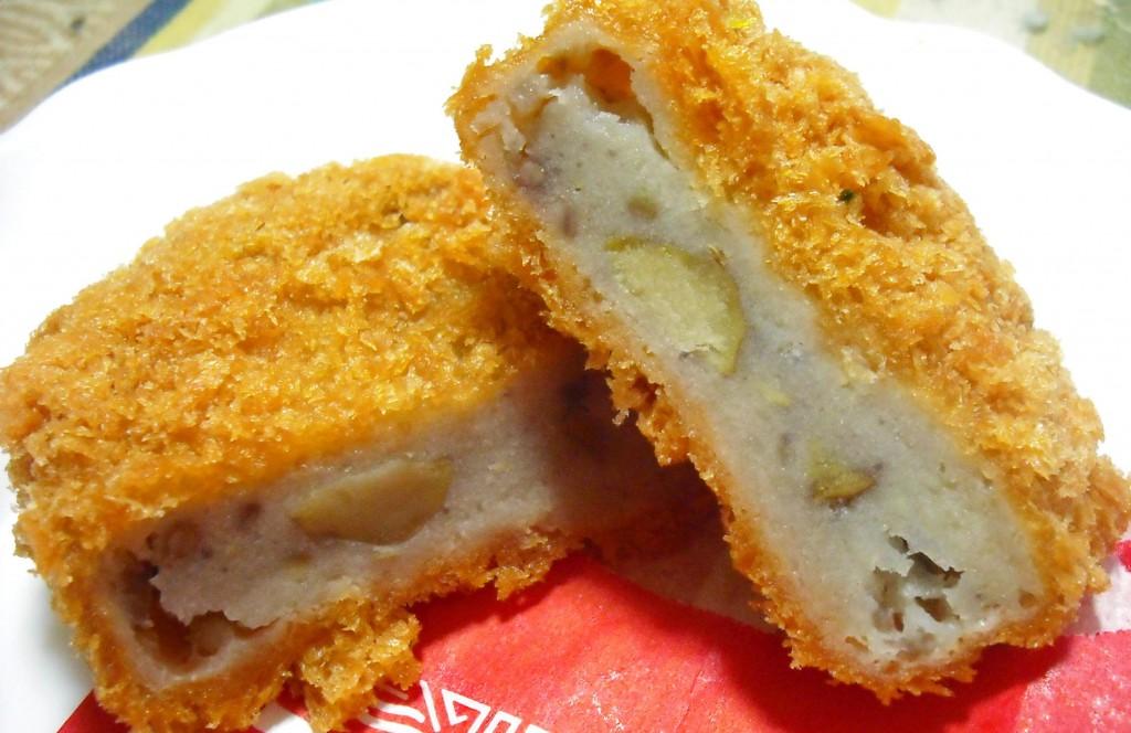 Korokke điển hình với nhân thịt băm trộn khoai tây luộc nghiền nhuyễn