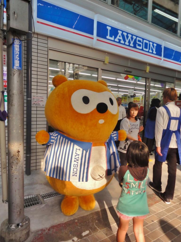 Chú thích: Để tránh hiểu nhầm bạn nên biết, đây là trang phục đóng giả nhân vật biểu tượng của Lawson - một chú chồn màu cam có RỐN lồi.