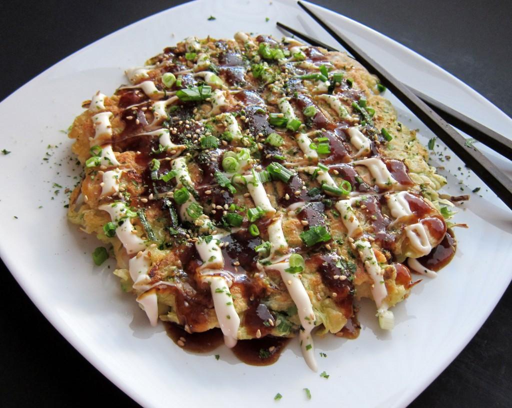 Với đặc điểm cần rưới rất nhiều nước sốt khi ăn, miếng bánh Okonomiyaki đôi khi cũng là nơi bạn có thể trổ tài hội họa