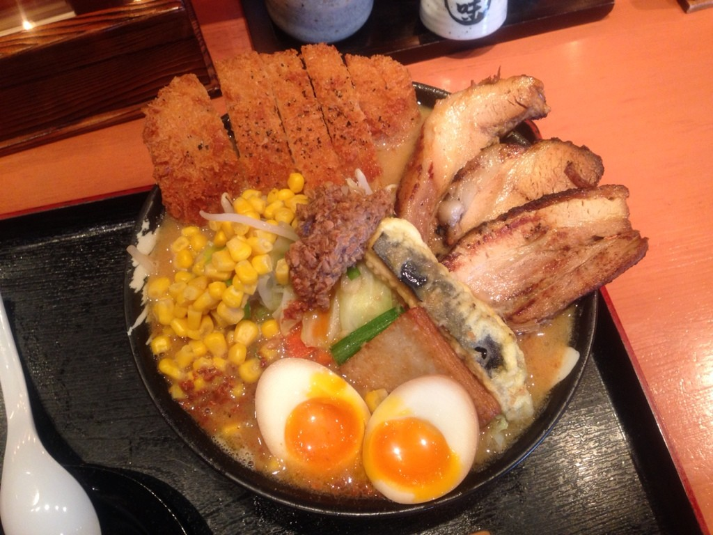 Ăn ramen ở Nhật đôi khi bạn có thể gọi được những bát mì khổng lồ với tất cả nguyên liệu (zenbunose)
