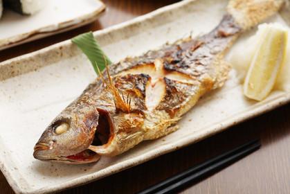 Ở Nhật, người ta nói rằng cách ăn và thứ tự ăn một con cá nướng đúng quy tắc có thể nói lên sự thanh lịch, có học thức của bạn
