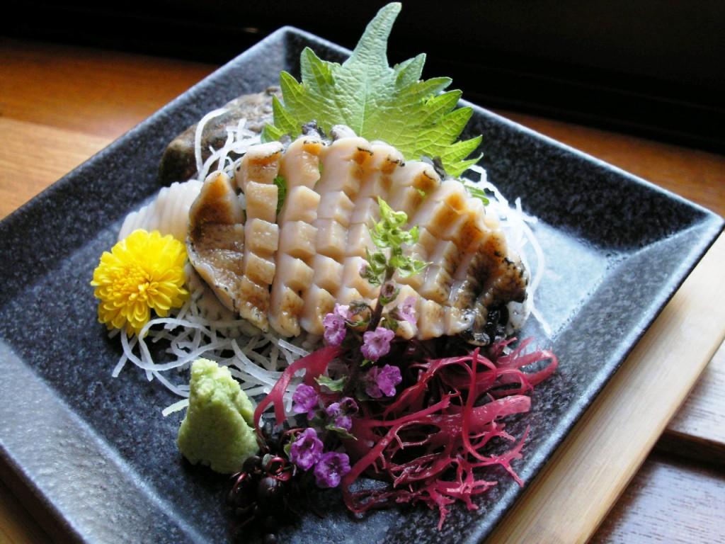 Một đĩa Sashimi bào ngư được trình bày theo đúng quy cách của quán Sushi