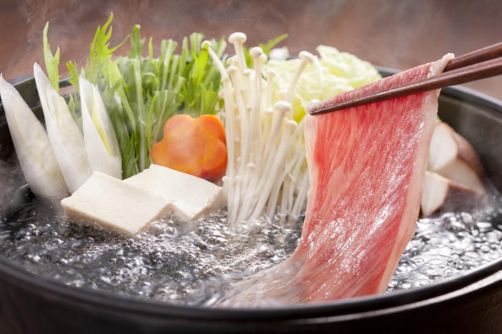 """Trong tiếng Nhật, """"shabu shabu"""" là từ tượng hình mô tả việc """"phẩy qua, phẩy lại"""" miếng thịt mỏng dính trong nước sối cho đến khi chín"""