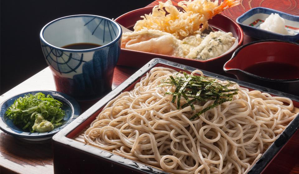 Ở Nhật có tập tục ăn mì soba vào ngày 31/12, và cả tập tục ăn và tặng cả hàng xóm mì soba vào ngày chuyển đến nhà mới