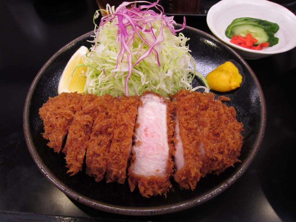 Một suất tonkatsu điển hình với chanh và bắp cải tươi thái sợi