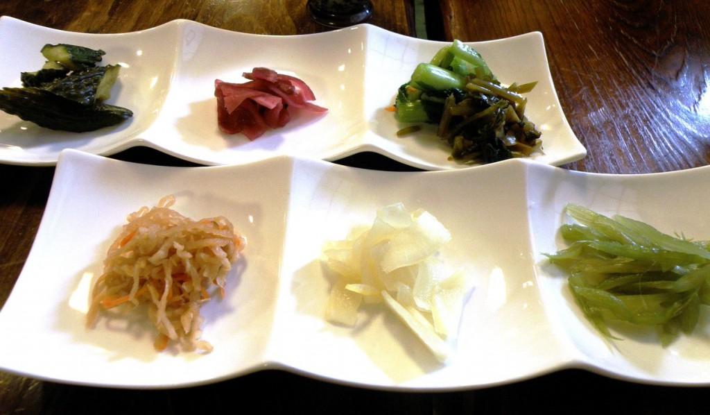 Trong các quán rượu hoặc trong các bữa ăn kiểu Nhật truyền thống, các món dưa chua thường được phục vụ đầu tiên