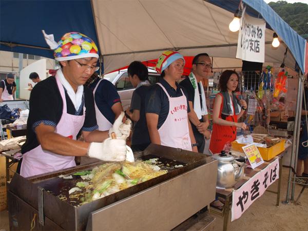 Yakisoba được ăn phổ biến nhất là tại các quầy ăn lưu động trong các dịp lễ hội