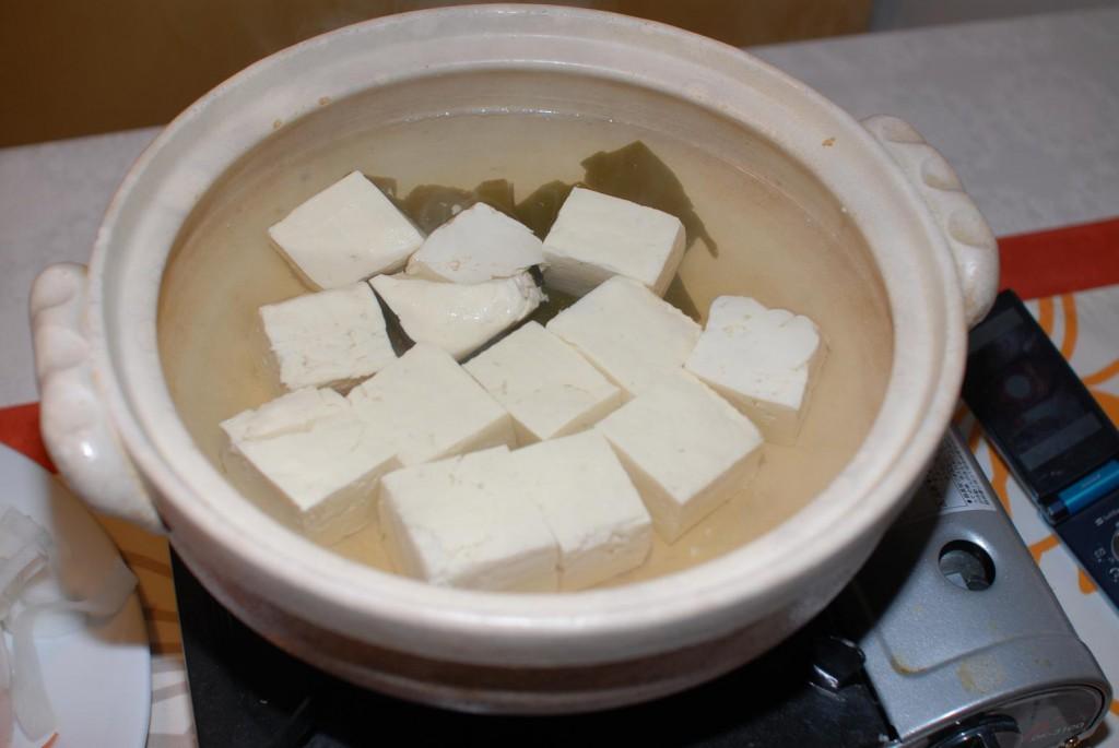 """Cái tên đơn giản """"yudofu"""" mang ý nghĩa """"đậu phụ nước sôi"""" nói lên khá nhiều về thành phần cũng như cách chế biến của món ăn này"""