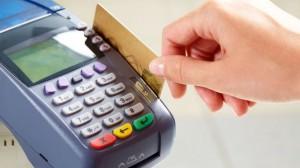Quẹt thẻ tín dụng khi thanh toán ở cửa hàng