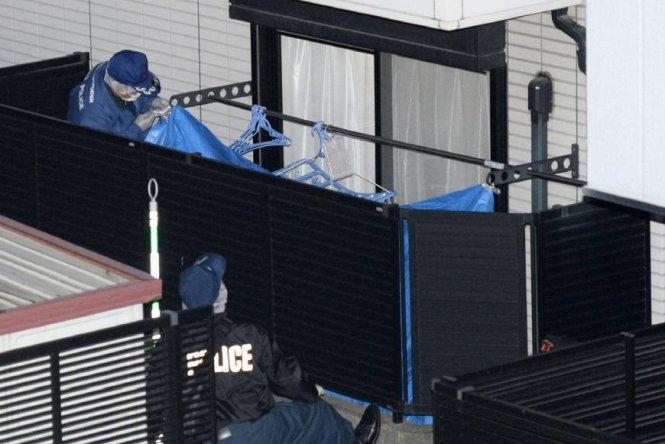 Cảnh sát khám xét căn hộ của nữ sinh 19 tuổi - Ảnh: Japan Times