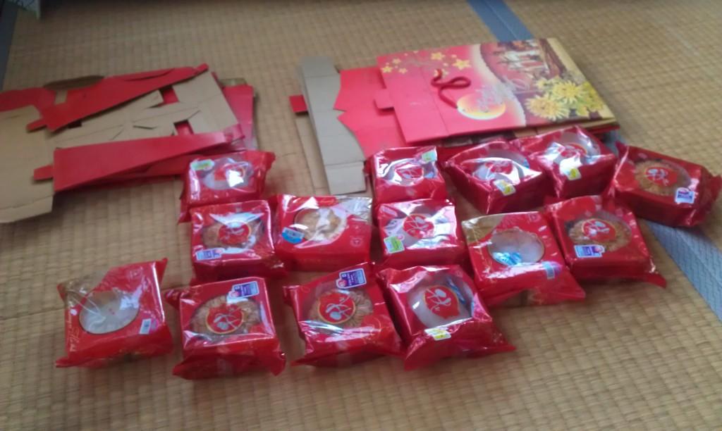 Nếu mang quà sang Nhật và mang cả hộp sang, hãy tháo hộp ra bỏ vào vali và khi sang Nhật thì xếp lại - để tiết kiệm không gian vali và để hộp không bị bẹp méo