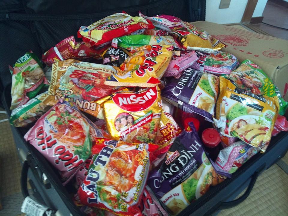 Mì tôm Nên mang gì sang Nhật - hành lý những thứ nên mang khi sang Nhật, giấy tờ đồ ăn thực phẩm quần áo đồ điện tử gia dụng thuốc có nên mang hay không - iSenpai